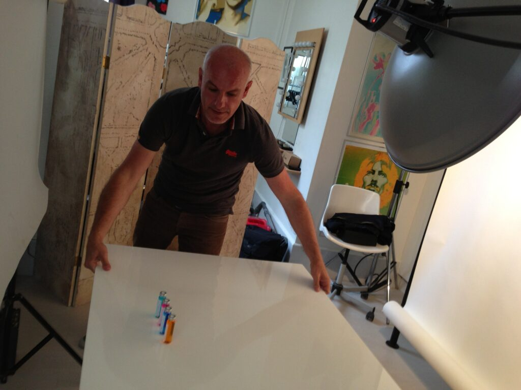 Emmanuel Sokol se prépare à photographier les fioles de l'innovation